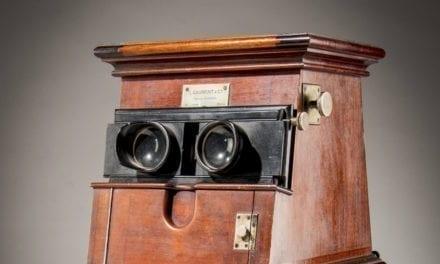L'OBJET DE LA SEMAINE Une visionneuse Gaumont en bois et ses 22 boîtes de 12 vues stéréoscopiques, vendues le 15 octobre chez Artcurial Lyon.