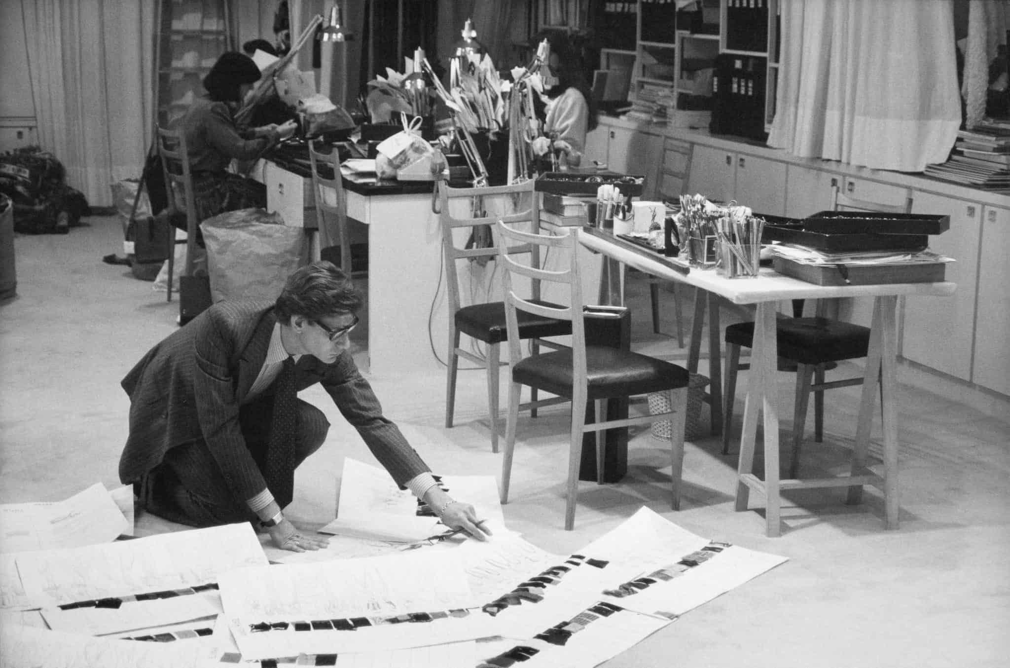 Yves Saint Laurent travaillant dans son studio parisien