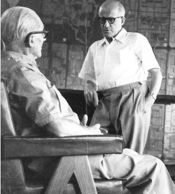 Le Corbusier assis et Jeanneret. Photo: Jeet Malhora/Fondation Le Corbusier