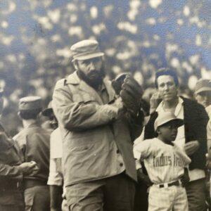 Alberto Korda - Fidel Castro jouant au base ball