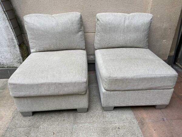 Paire de fauteuils:poufs - tapissé par Armenio